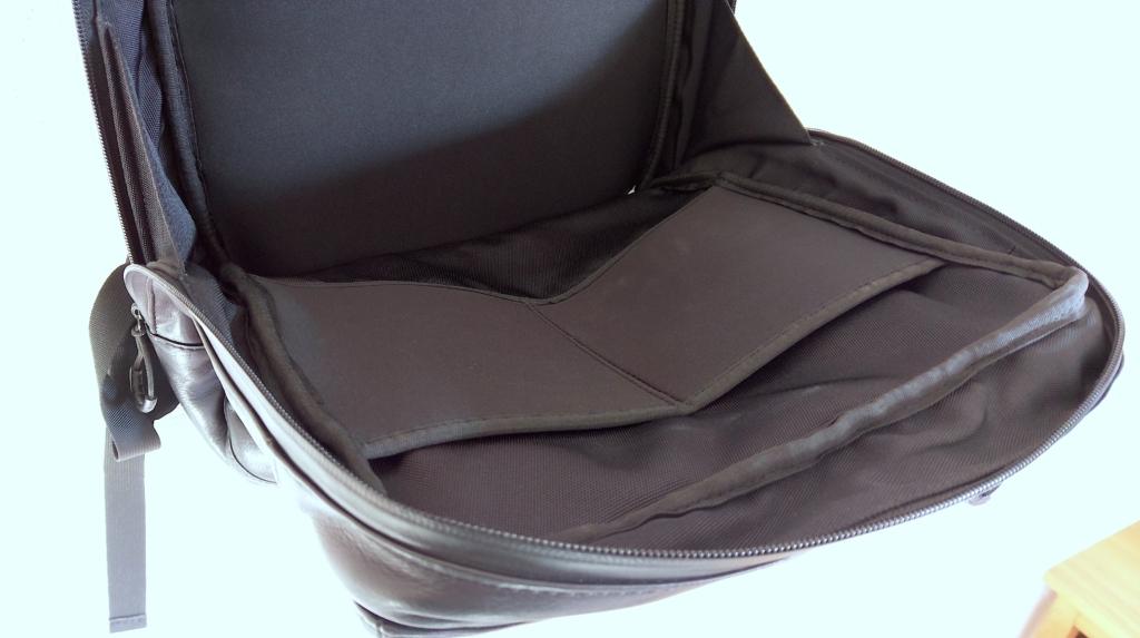 【画像】防水レザーリュックの内装二つポケット