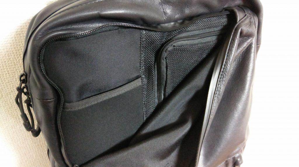 【画像】防水レザーリュックのフロントポケット
