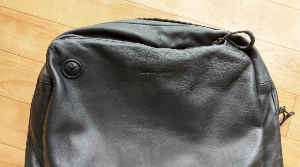 【画像】防水レザーリュックの上部フロントポケット