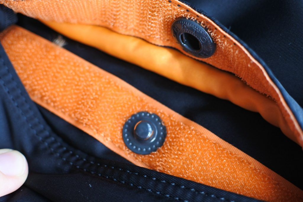 ポケットのボタン。3way仕様のビジネス・カジュアル兼用 バッグはポーター(porter)・タンカー・3WAYブリーフ (ブラック) 622-09308