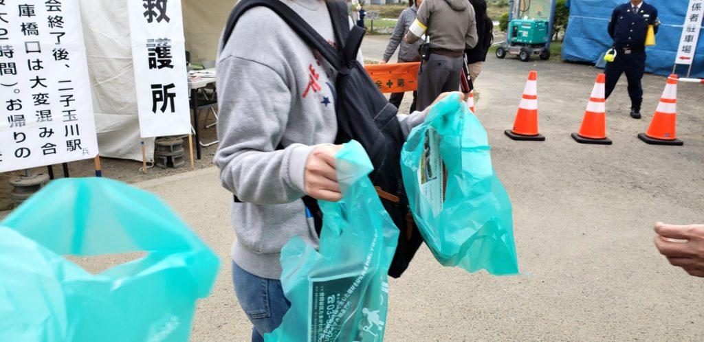 【画像】二子玉川花火大会の有料席はゴミ袋をくれる