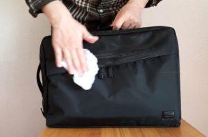 【画像】バッグをクリーナーで拭く