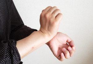 【画像】香水を手首につける
