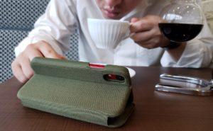 【画像】コーヒー飲みながら資料をチェック